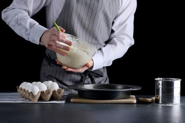 Выливание теста для торта в форму для выпечки