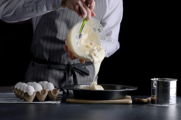 ケーキ生地を焼き型に注ぐ