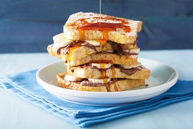 Лить карамель на французские тосты с бананово-шоколадным соусом на завтрак
