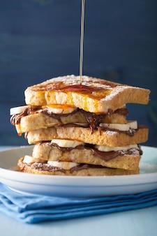 Обливание карамелью по французским тостам с банановым шоколадным соусом на завтрак