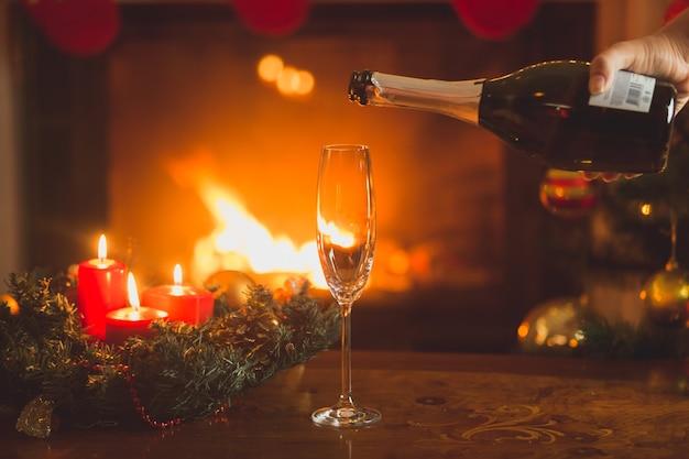 テーブルの上のフルートにシャンパンを注ぐ