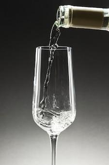 Versare lo champagne nel bicchiere flute