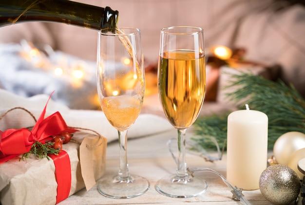 グラスにシャンパンを注ぐ