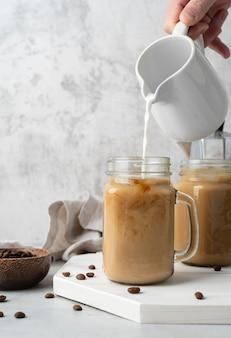 マグカップにコーヒーを注ぐクローズアップ