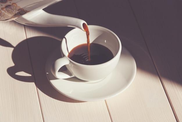 커피 컵에 커피를 붓고, 아침에 커피를 서빙