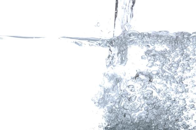 注ぐ水と泡の空気は、コピーのためのスペースで白い背景に隔離されています。