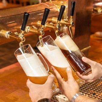 注ぐ、ビールグラス、マグカップからバレルを充填