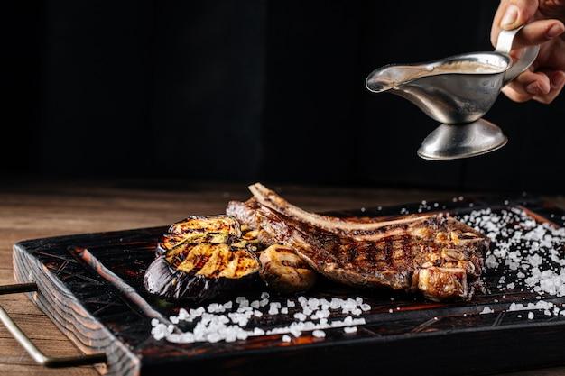 Заливка говяжьего стейка на гриле с перечным соусом