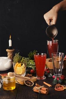 Разливание травяного и фруктового чая