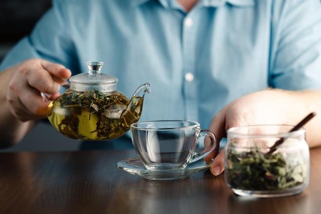 Лить травяной чай