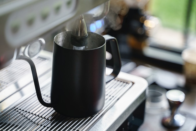 コーヒー混合機からお湯を注ぐ