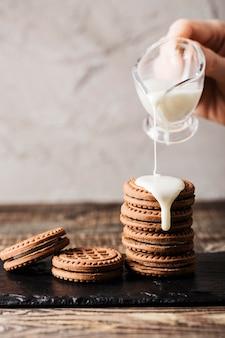 おいしいクッキーに牛乳を注ぐ