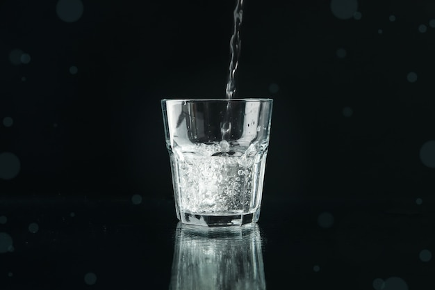 Лить очищенную пресную воду в стакан на зеркало