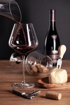 クリスタルガラスに赤ワインを注ぐ