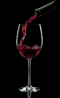 Налив красного вина в бокал