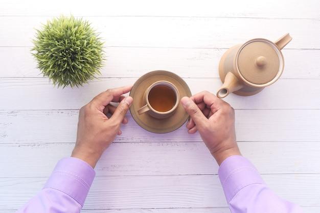 茶道からお茶を上から注ぐ