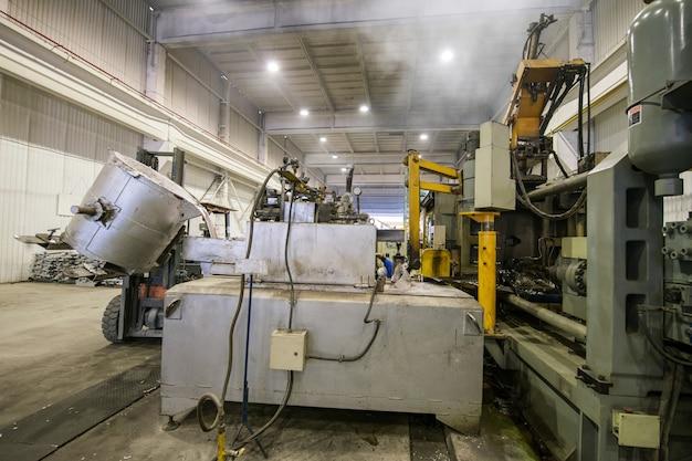 Заливка алюминиевого металла из ковша в загрузочную машину в большой емкости