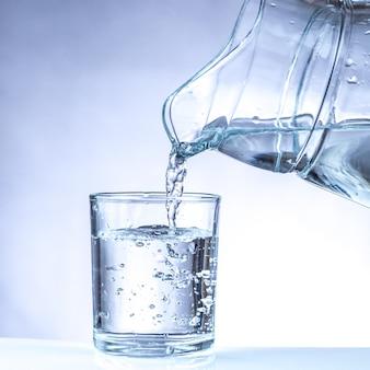 Налив воды из кувшина в стакан