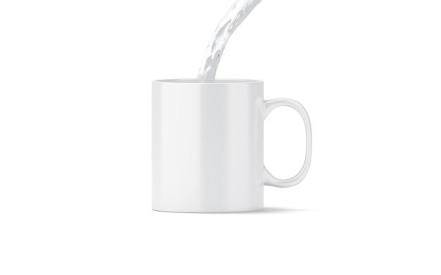 分離された空白の白い茶マグカップに水を注ぐ
