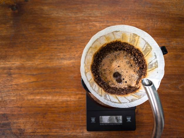 Залить воду на кофейную гущу легкой обжарки через капельницу с фильтровальной бумагой.