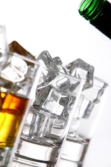 Наливание виски в стакан
