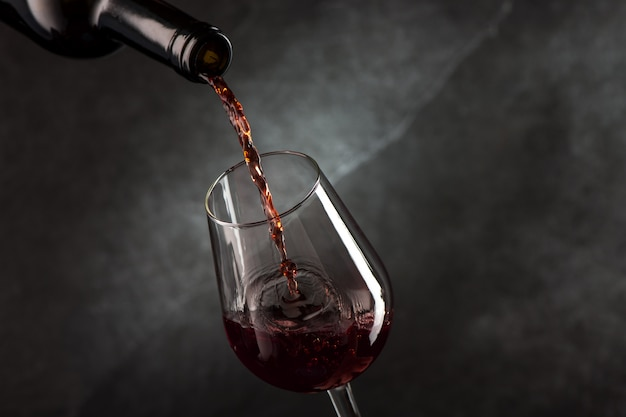 ボトルからグラスにワインを注ぐ