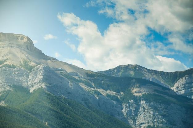 青い空とカナダのブリティッシュコロンビア州の夏の昼間のロッキー山脈の丘へのpov自然景観