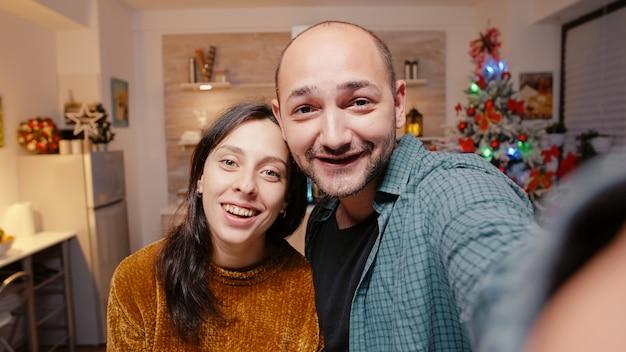 ビデオ通話会議を使用して話す陽気なカップルのハメ撮り