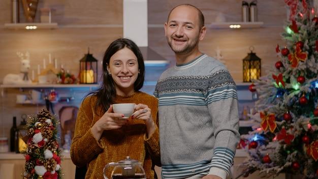 笑顔で飾られたキッチンでカメラを見ているカップルのハメ撮り