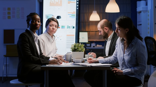온라인 화상 통화 회의 중 기업 통계에 대해 논의하는 회사 전략을 분석하는 다양한 기업인의 관점. 회의실 브레인스토밍 아이디어에서 일하는 다민족 팀워크