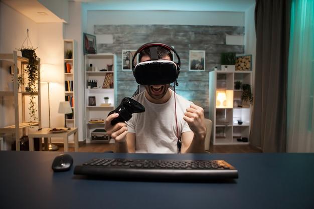 Pov взволнованного молодого человека о своей победе в онлайн-игре в очках виртуальной реальности.