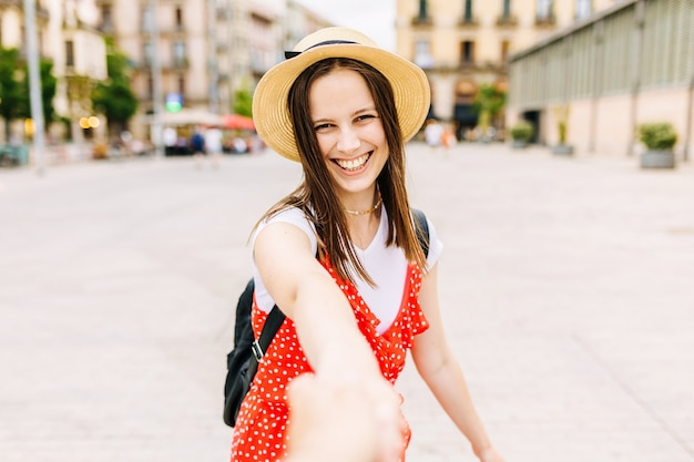도시에서 웃고 있는 여성의 손을 잡고 있는 남자의 관점 - 여행하는 동안 손을 잡고 있는 젊은 관광 커플 - 사랑스러운 커플과 여름 휴가 개념 - 여성의 얼굴에 초점