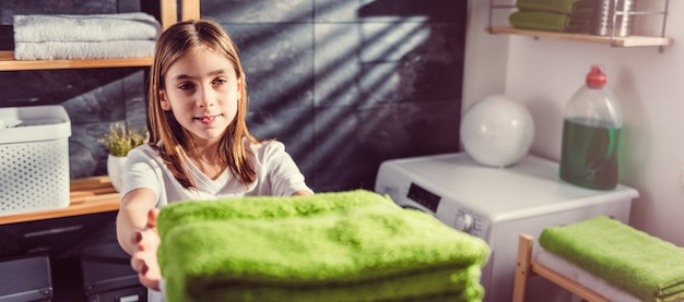 娘に緑の折り畳まれたタオルを与える母のハメ撮り