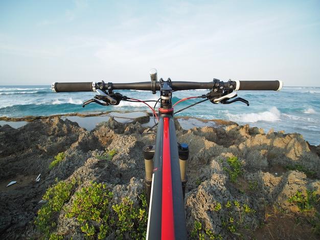 바다 전망에서 산악 자전거의 pov입니다. 열대 섬.