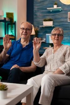 ビデオ通話会議で手を振っている引退したカップルのハメ撮り