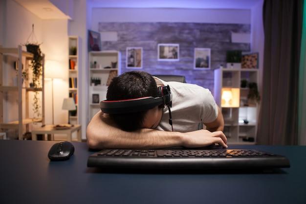 Pov молодого человека, не отрывающего голову от офиса после проигрыша и шутера на стриме.