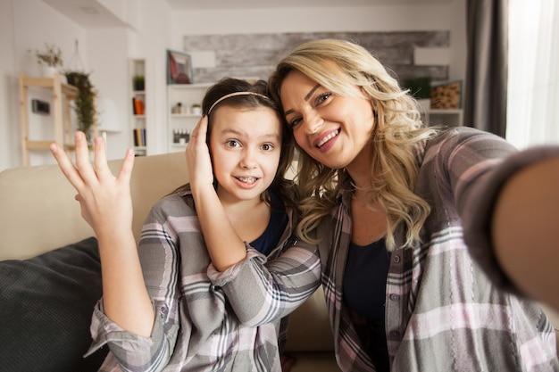 中かっこで娘への愛情を示すソファに座っている若い母親のハメ撮り。母と娘の関係。