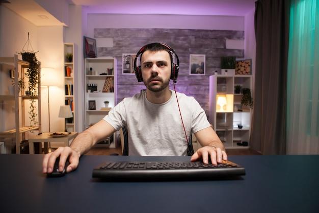 Pov di giochi sparatutto online professionali che indossano le cuffie.