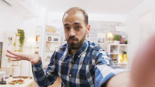 Vlog에서 청중과 이야기하는 젊은 인플루언서. 창의적이고 쾌활한 남자.