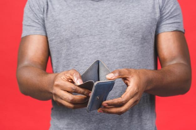 Концепция кризиса бедности. расстроенный афро-американский молодой бородатый мужчина в повседневной одежде держит пустой бумажник