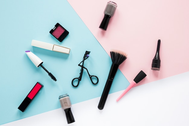 テーブルの上のさまざまな化粧品とパウダーブラシ