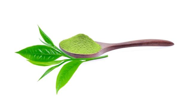 Порошок зеленого чая и листьев зеленого чая на белом фоне
