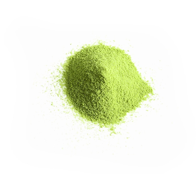 Порошок зеленого чая, изолированные на белом фоне, вид сверху