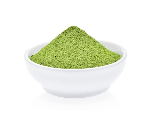 Порошок зеленого чая, изолированные на белом фоне
