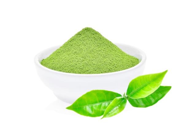 Порошок зеленого чая с листом зеленого чая, изолированные на белом фоне
