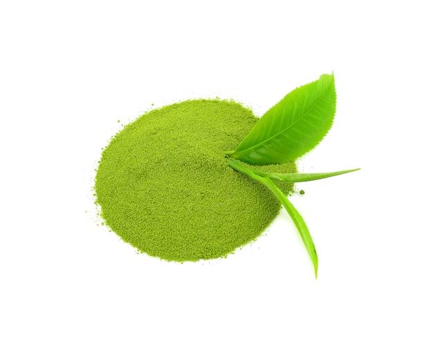 Порошок зеленого чая с изолированными листьями зеленого чая.