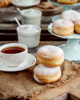 粉砂糖カスタードドーナツと紅茶