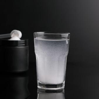 Порошок полезен для людей, занимающихся спортом, разбавленный водой в стакане