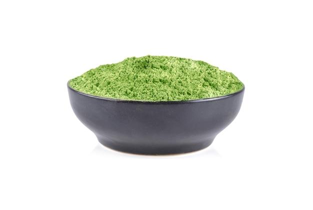 白い背景で隔離の粉末緑茶