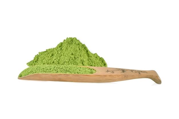 Порошок зеленого чая с бамбуковой ложкой, изолированные на белом